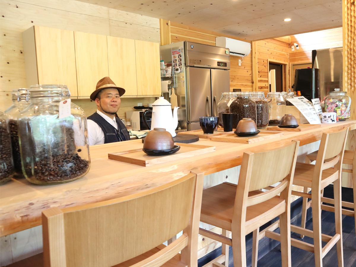 カウンターは体験スペース、備前焼の茶器でコーヒーを楽しむメニューもある