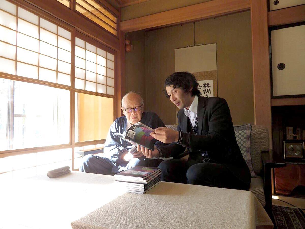 2017年金子兜太邸「熊猫荘」で対談中の金子さんと山下さん