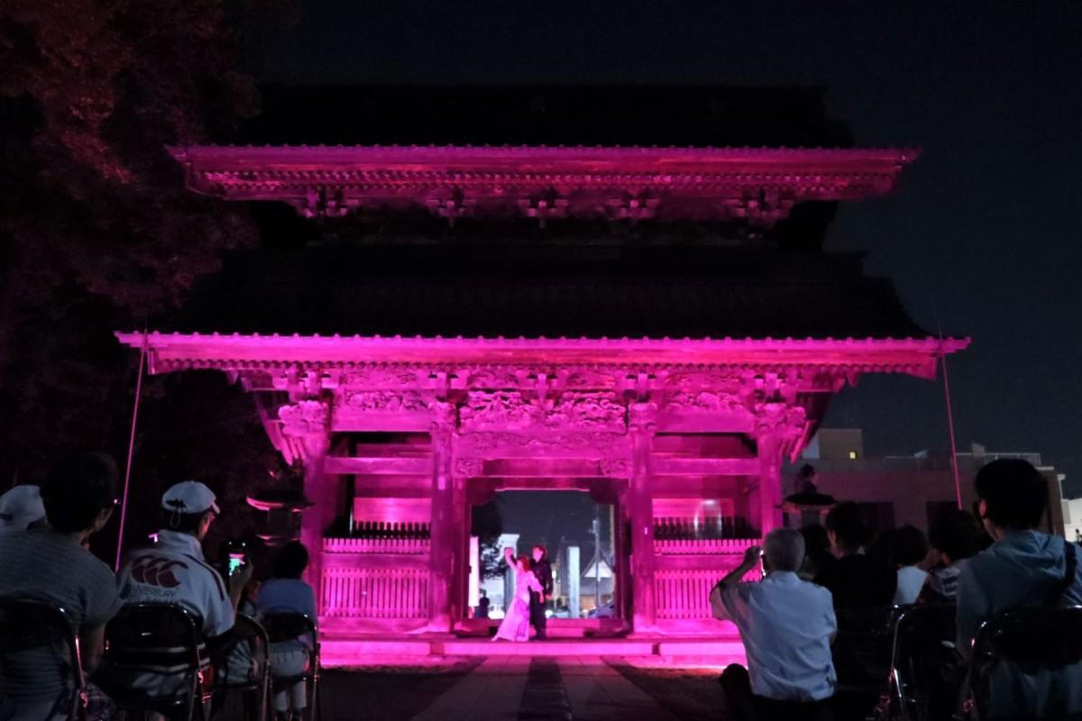 ピンク色の光に照らし出される妻沼聖天山「貴惣(きそう)門」