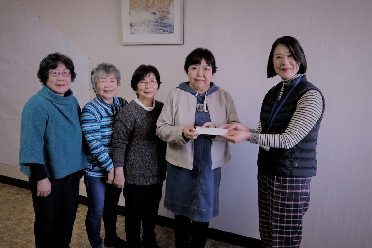熊谷の写真クラブ「美ing(ビーイング)」のメンバーが義援金を贈呈