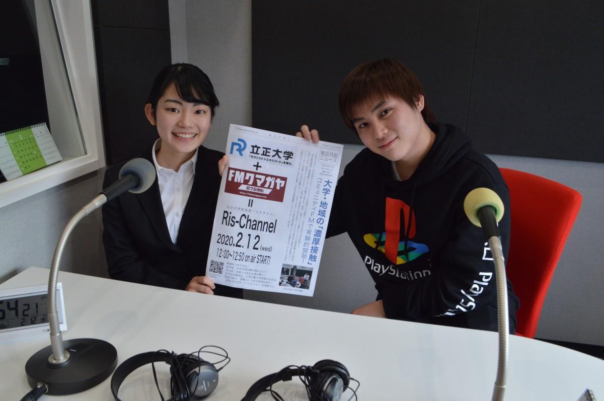 FMクマガヤ、スキルプラザスタジオで、出浦さん(左)と齋藤さん(右)。3年生の出浦さんは放送後会社説明会に参加、齋藤さんは放送研究会所属