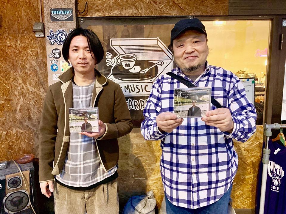 モルタルレコード前で、山崎さん(右)と榎本さん(左)