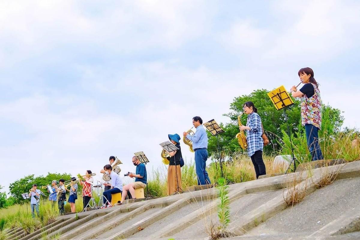 楽器を持ち寄り、荒川に向かって演奏するメンバーら。当日の様子(画像提供:大沢写真館)