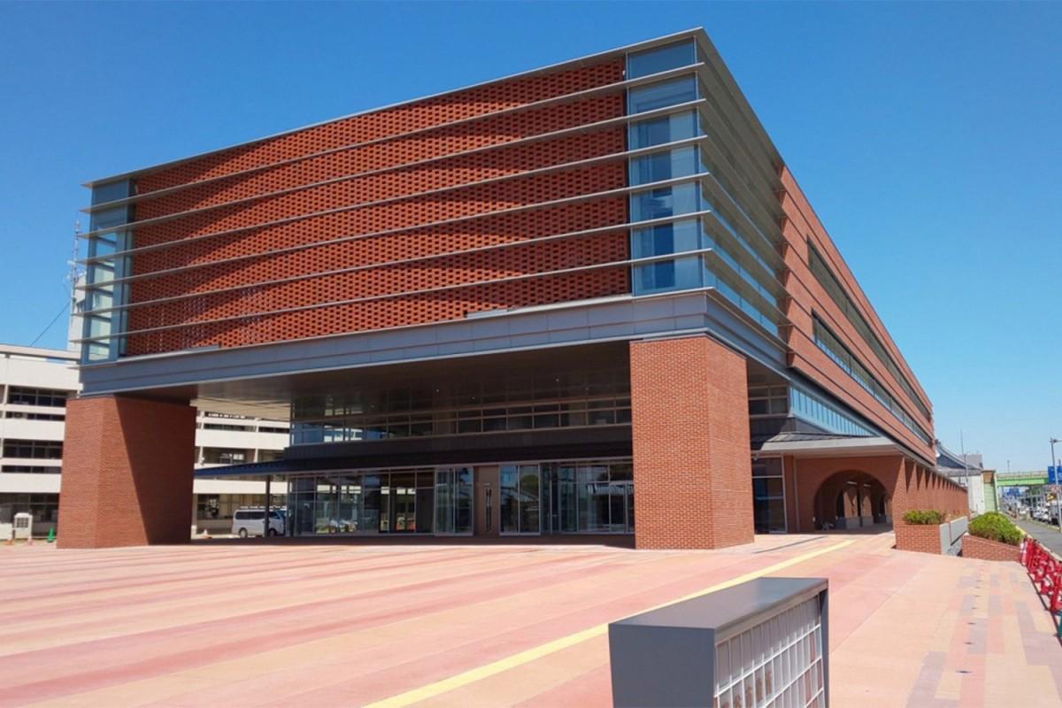 新庁舎外観。1階部分全周囲に張り出した庇は内外の空間を一体化させ「庁舎」と「まち」をつないで市民を迎え入れる日陰を作る