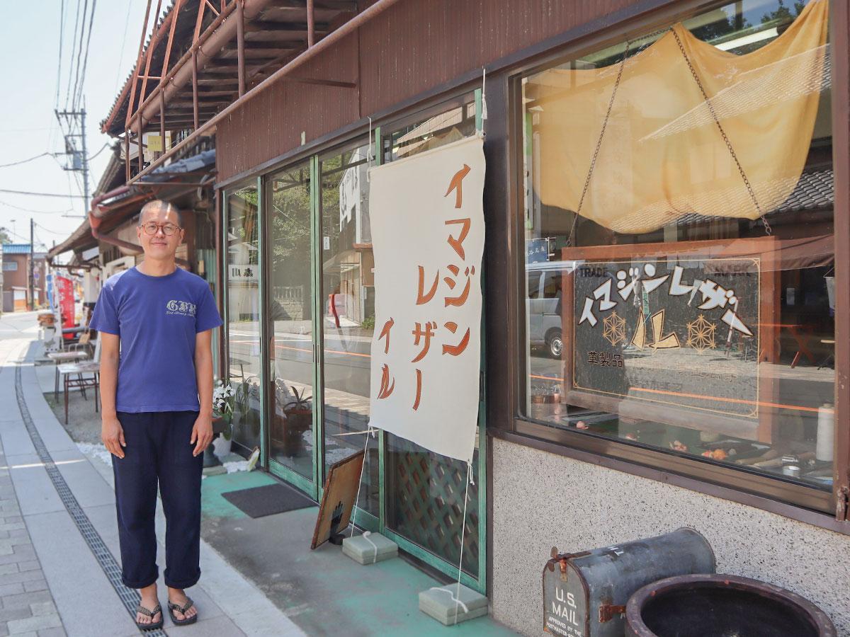 以前は生花店だったという空き店舗を活用。店名をステッチした大きな看板が目印