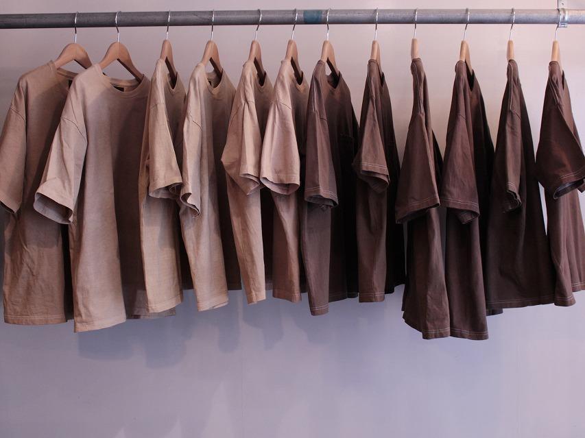 染色家の瀬藤貴史さんが一枚一枚染め上げた「コーヒー染めTシャツ」。限定70着は全て異なる色合い。熊谷市役所前のコーヒースタンド「コンサイエンス」(ホシカワカフェ)と川越市のセレクトショップ「Garage.U.W」、オンラインストアで販売