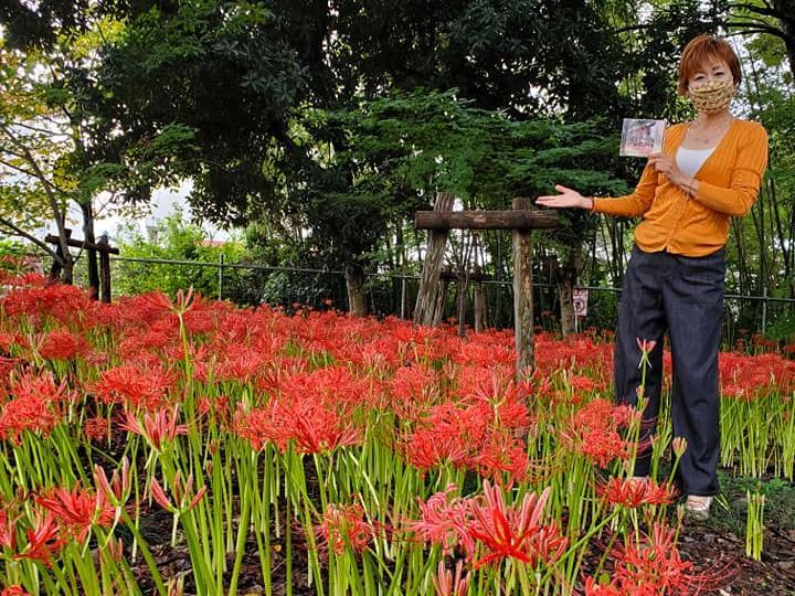 久保島大神社でCDを手にする市内在住のソプラノ歌手長谷川さん