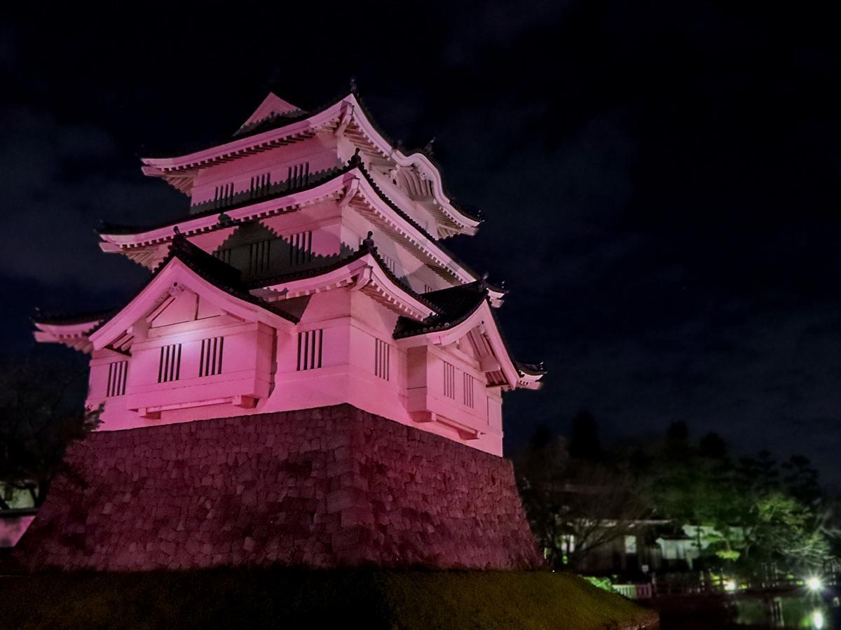 忍城址に再建された「忍城御三階櫓」をピンク色に染めるライトアップ