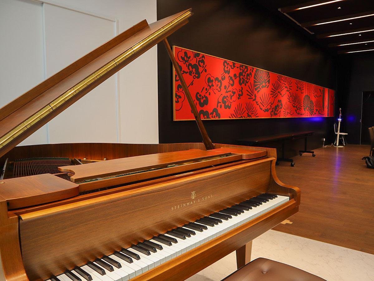 サロン内に備えるのは世界三大ピアノの一つ、スタンウェイ