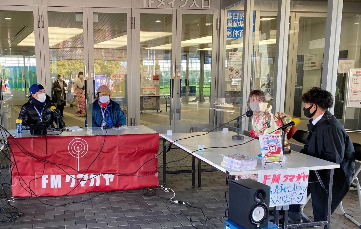 熊谷スポーツ文化公園「彩の国くまがやドーム」西側メイン入り口に設置されたFMクマガヤ特設スタジオ