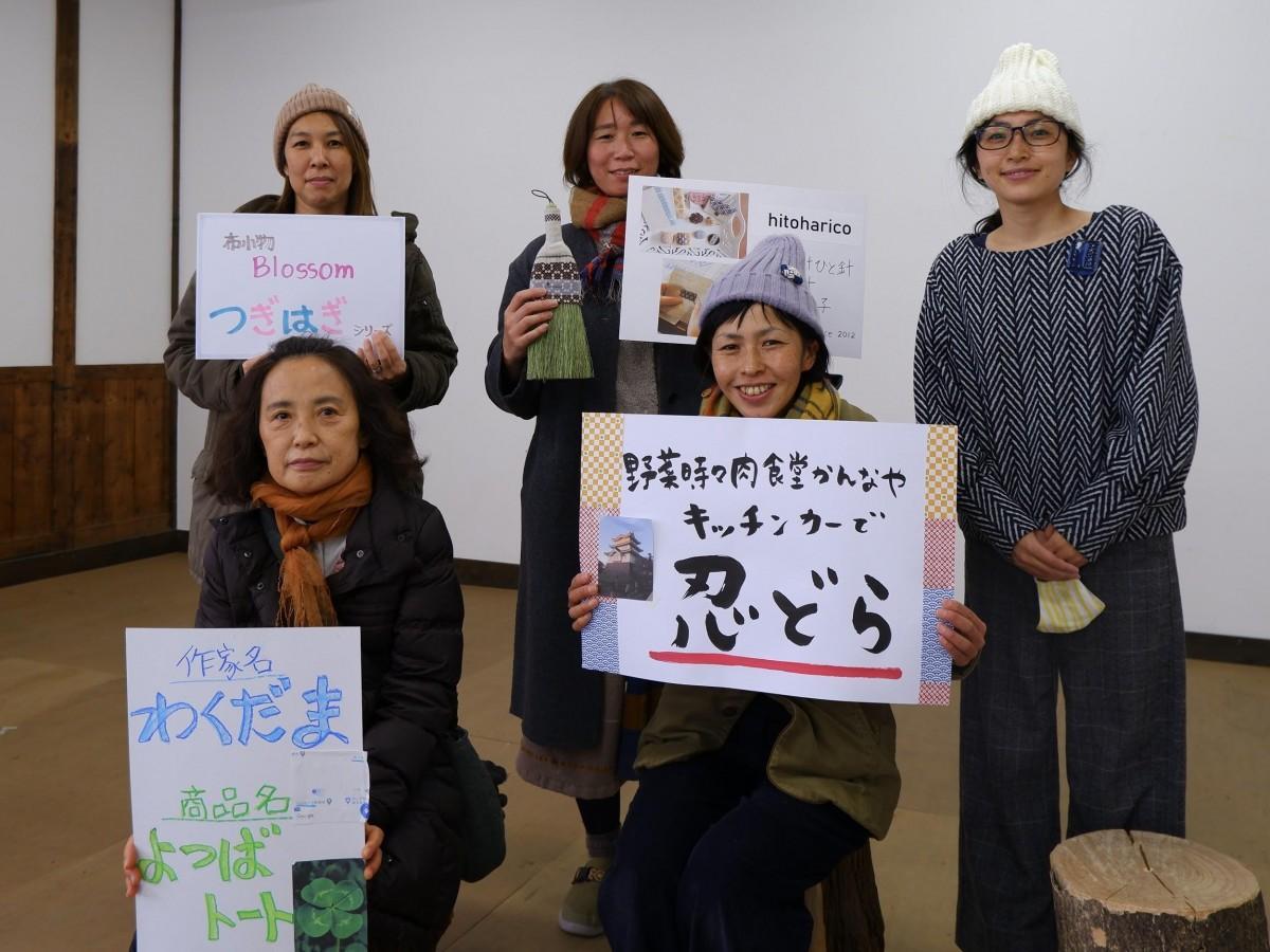 「オシゴト 」1期生と、案内人の菅井さん(後列右端)。後列左から、「とも」さん、「よしえ」さん、(前列左から)「のりこ」さん、「みちゃこ」さん