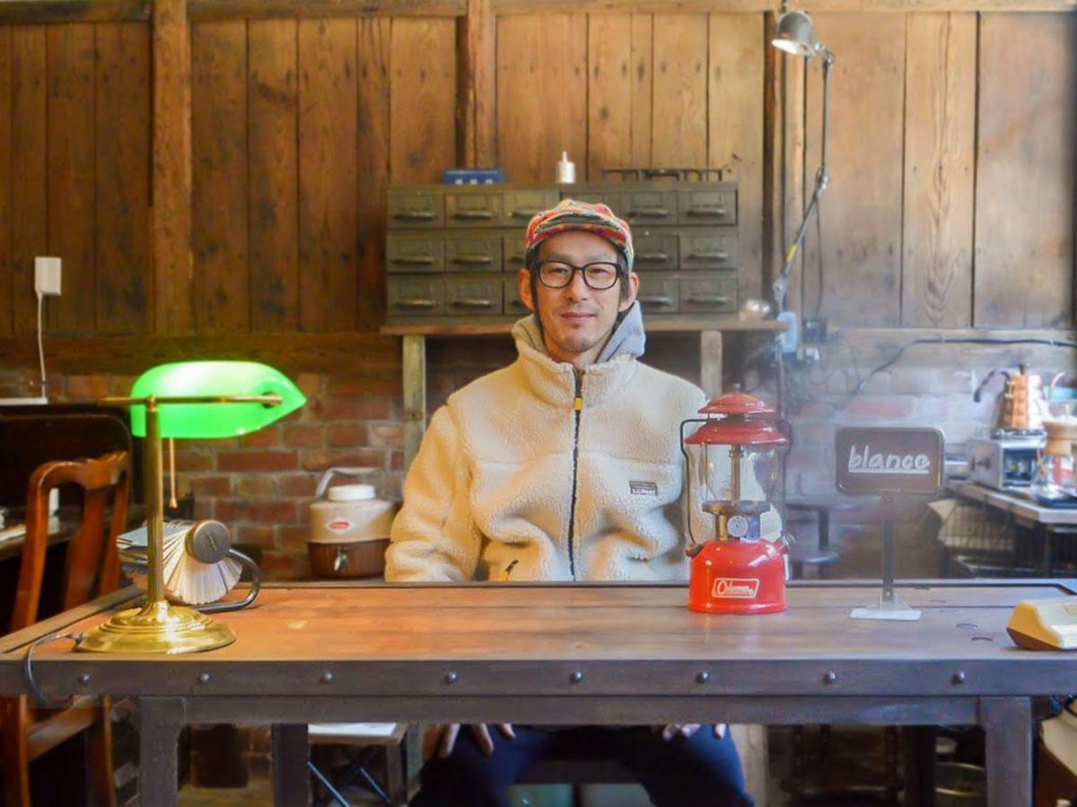 「理想的で即購入した」というアメリカ製のテーブルを紹介する店主の秋山さん