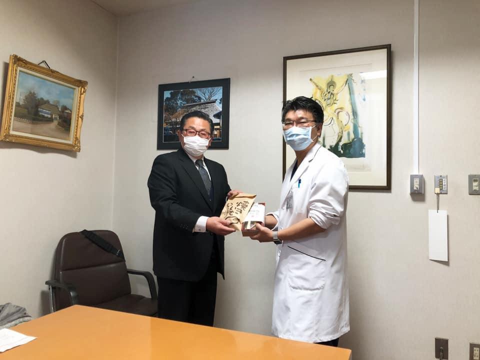 「とうげ本店」の堀越真社長(左)と関東脳神経外科病院の清水暢裕病院長(右)