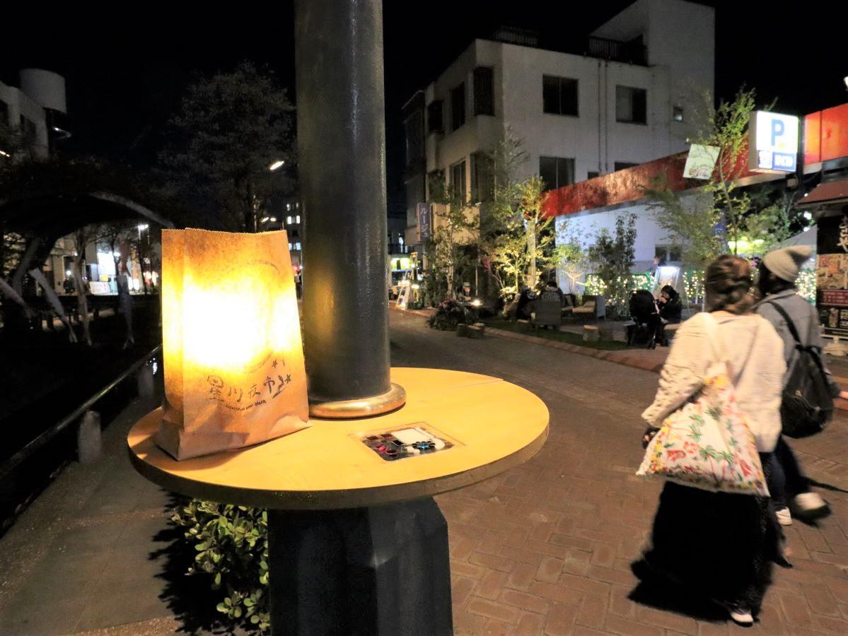 星川沿いの街路灯に設置した「ガイトウテーブル」。立ち飲みスタイルで飲食できる