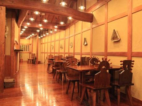 2Fのカフェは木造建築ならではの落ち着いた雰囲気