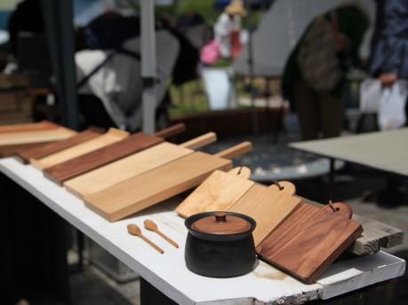 「フィールド・オブ・クラフト倉敷」のブースに並ぶ手作りの木工作品