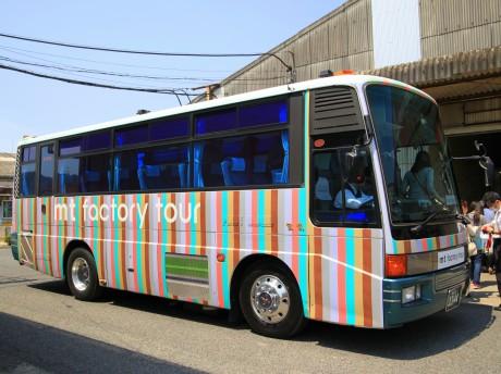 本物のマスキングテープで装飾されたバスがお出迎え