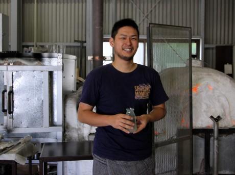 映画「テルマエ・ロマエ」に使用された牛乳瓶を手にするガラス工芸作家・水口智貴さん