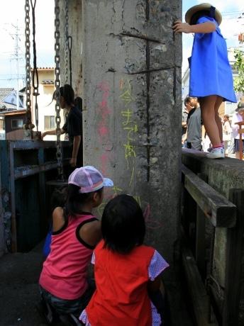 感謝のメッセージをチョークで書きつづる玉島の子どもたち