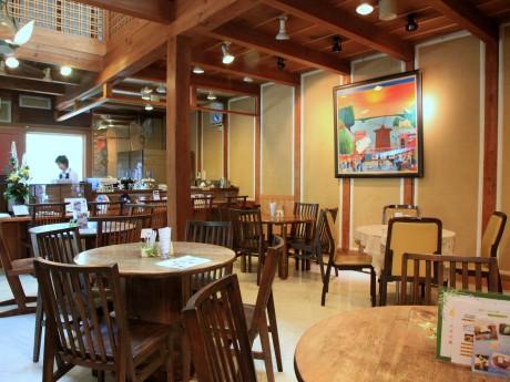 旧邸宅の米蔵を改装した「茶房 いかしの舎」店内