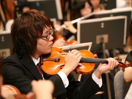 バイオリンを演奏する長坂拓己さん
