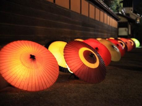 有隣荘前に並ぶ和傘(昨年)