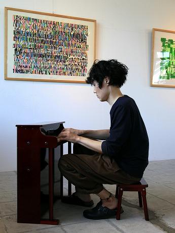トイピアノを弾く木太聡さん