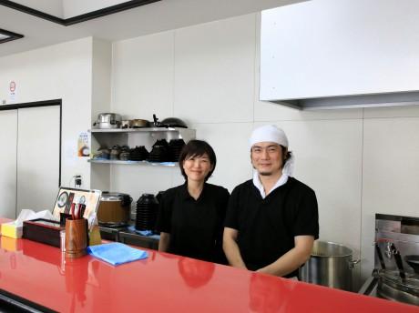 「らーめん よこやま」店主の横山貴士さんと妻の美幸さん