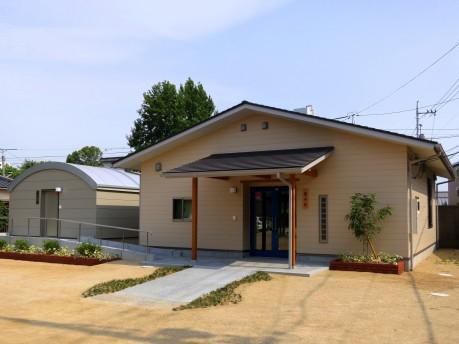 新築されたバリアフリーの観望室(左)と事務棟(右)