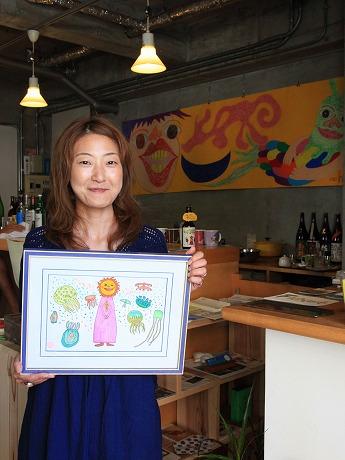 新作「くらげ」を手にする「8商店」の大島初美さん
