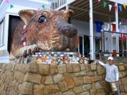 岡山・犬島に「巨大イヌ像」完成-「島民の番犬に」、体内の限定公開も