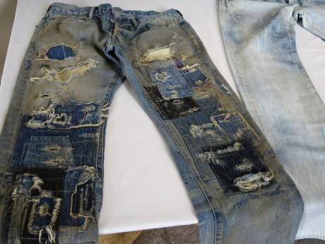ダメージ加工を施したジーンズ