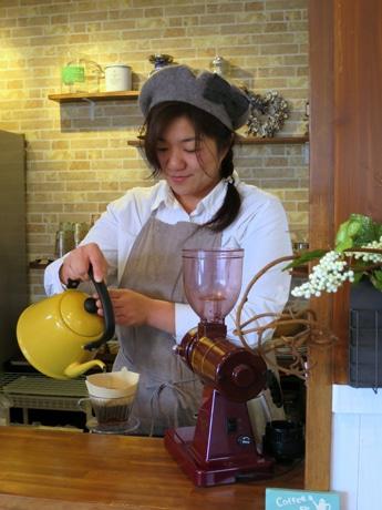 コーヒーを入れる店主の芝野智子さん
