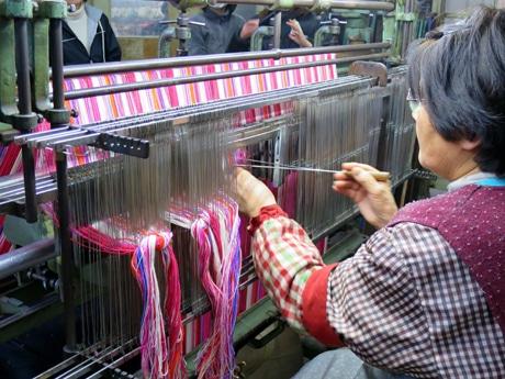 手作業で丁寧に作られるストライプ帆布生地