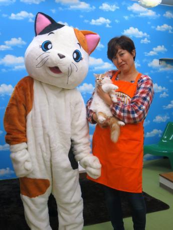 ネコの「花道」を抱く店主の山田まゆみさん