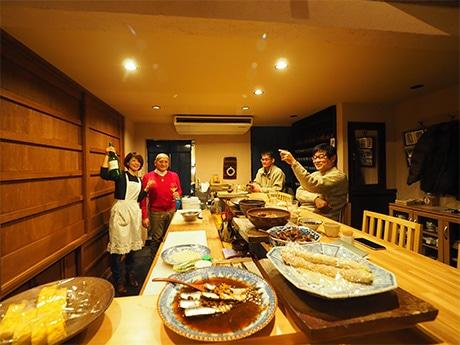 店内の様子。須田あゆみさん(写真左)と畠山理穂さん(同左から2人目)