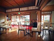 倉敷の住宅街にカフェ「庭」 広縁のガラス窓から早春の日差し