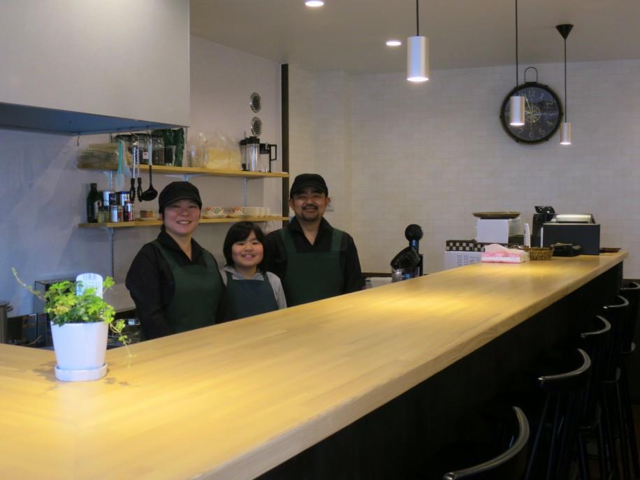 店主の加山公基さん、妻の幸子さん、長女の華ちゃん