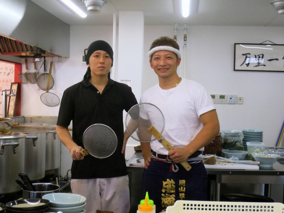 店主の成瀬歩武さん(右)とスタッフの三宅陽介さん(左)