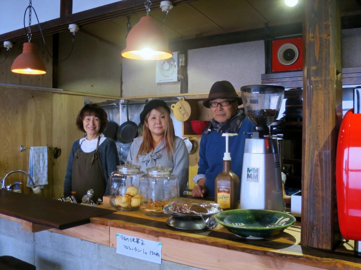 (右から)三宅玄祐さん、万貴子さん、由佳子さん