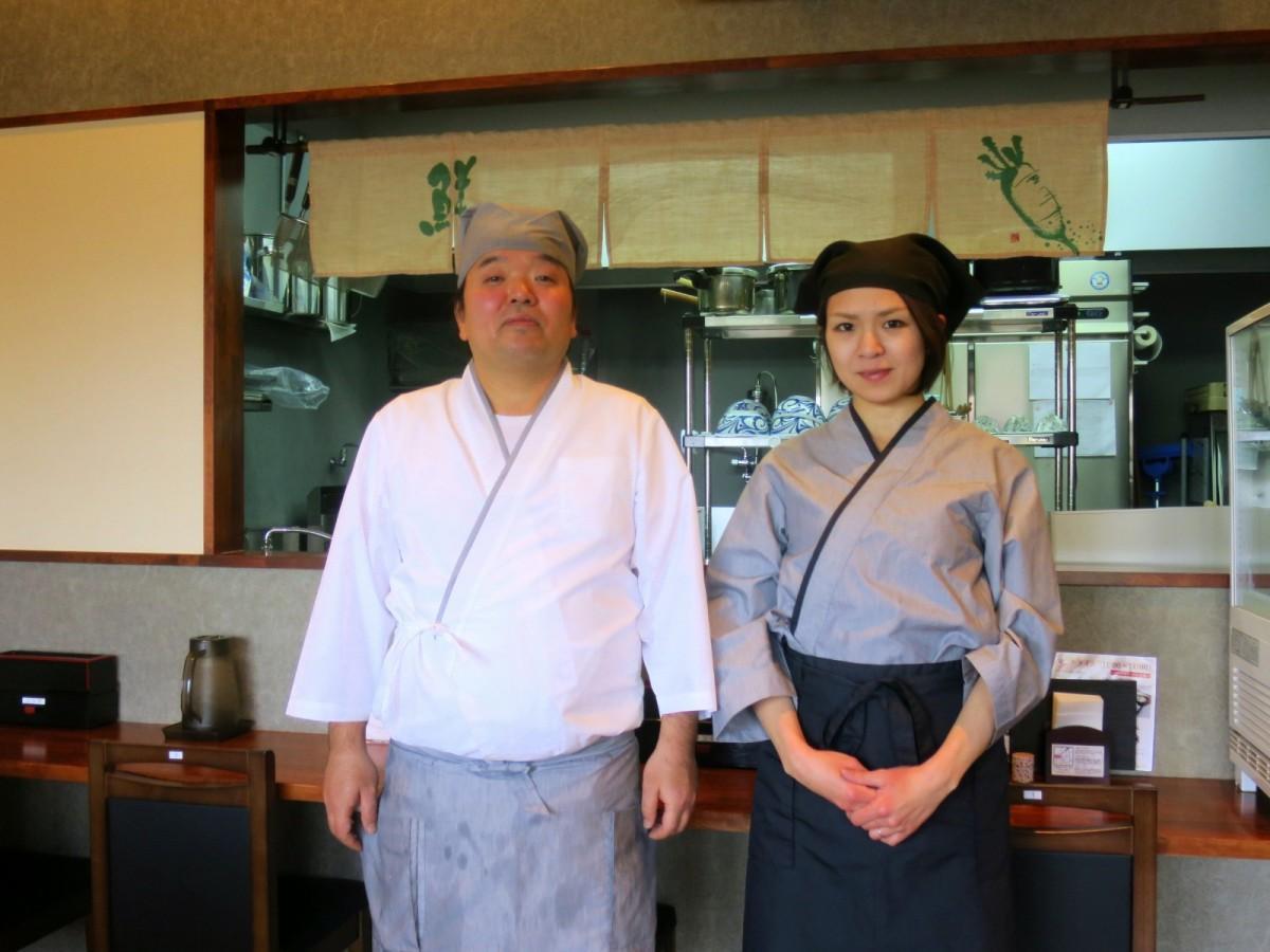 店主の渡辺章博さん(左)とスタッフ