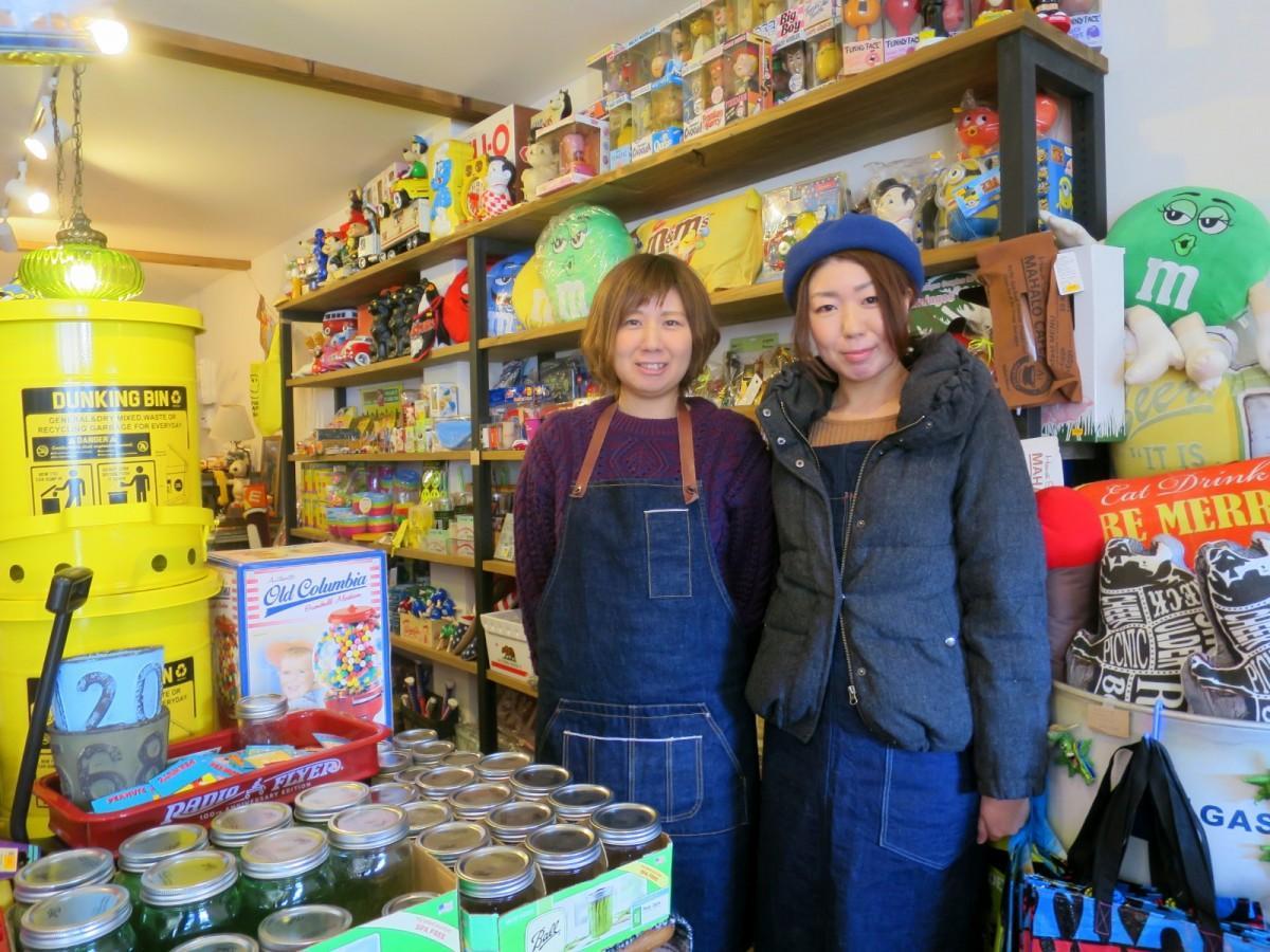 店主の友杉聖さん(右)と妹のまどかさん(左)
