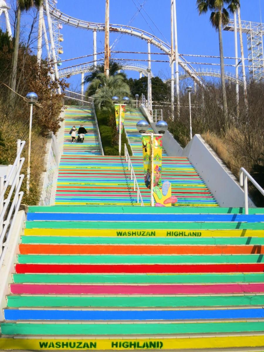 スタッフの手作業でカラフルに再塗装された階段