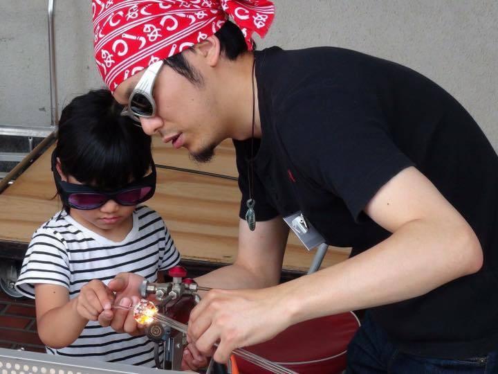 「バーナーワーク体験」を行うガラス作家・平井宏明さん