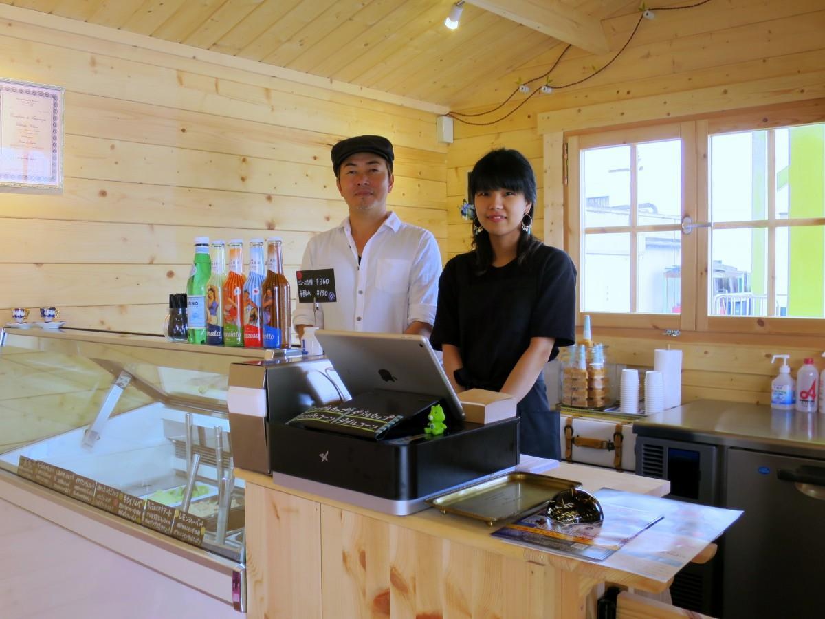 店主の西野大輔さん(左)とスタッフ