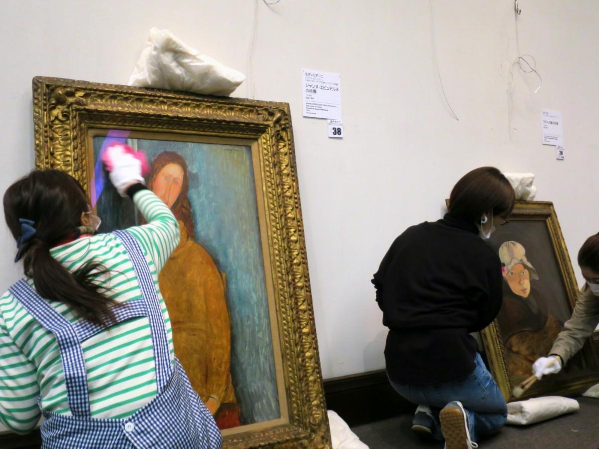 モディリアーニやマティスの作品を清掃するスタッフ