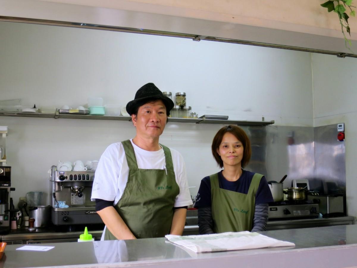 藤井康人さん(左)と妻の幸子さん(右)