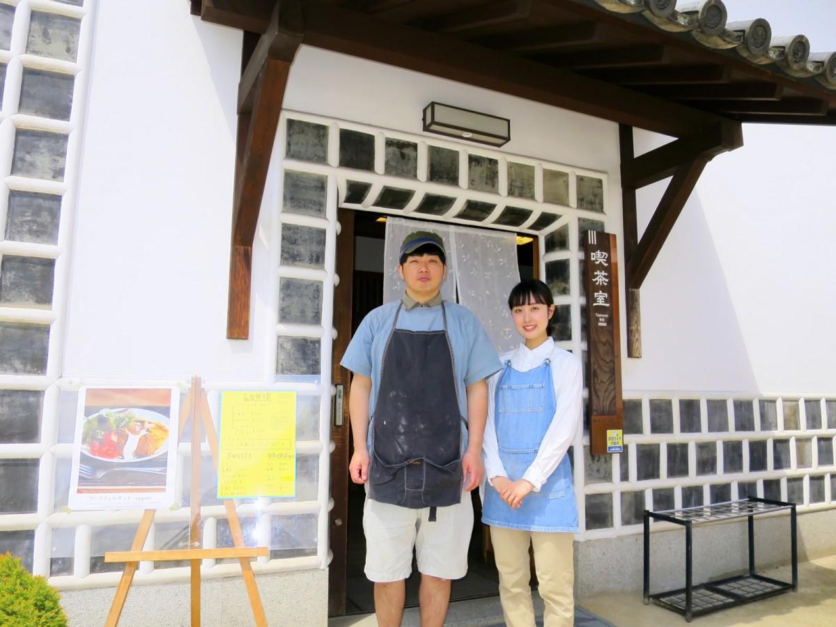 店主の藤塚信介さん(左)とスタッフ