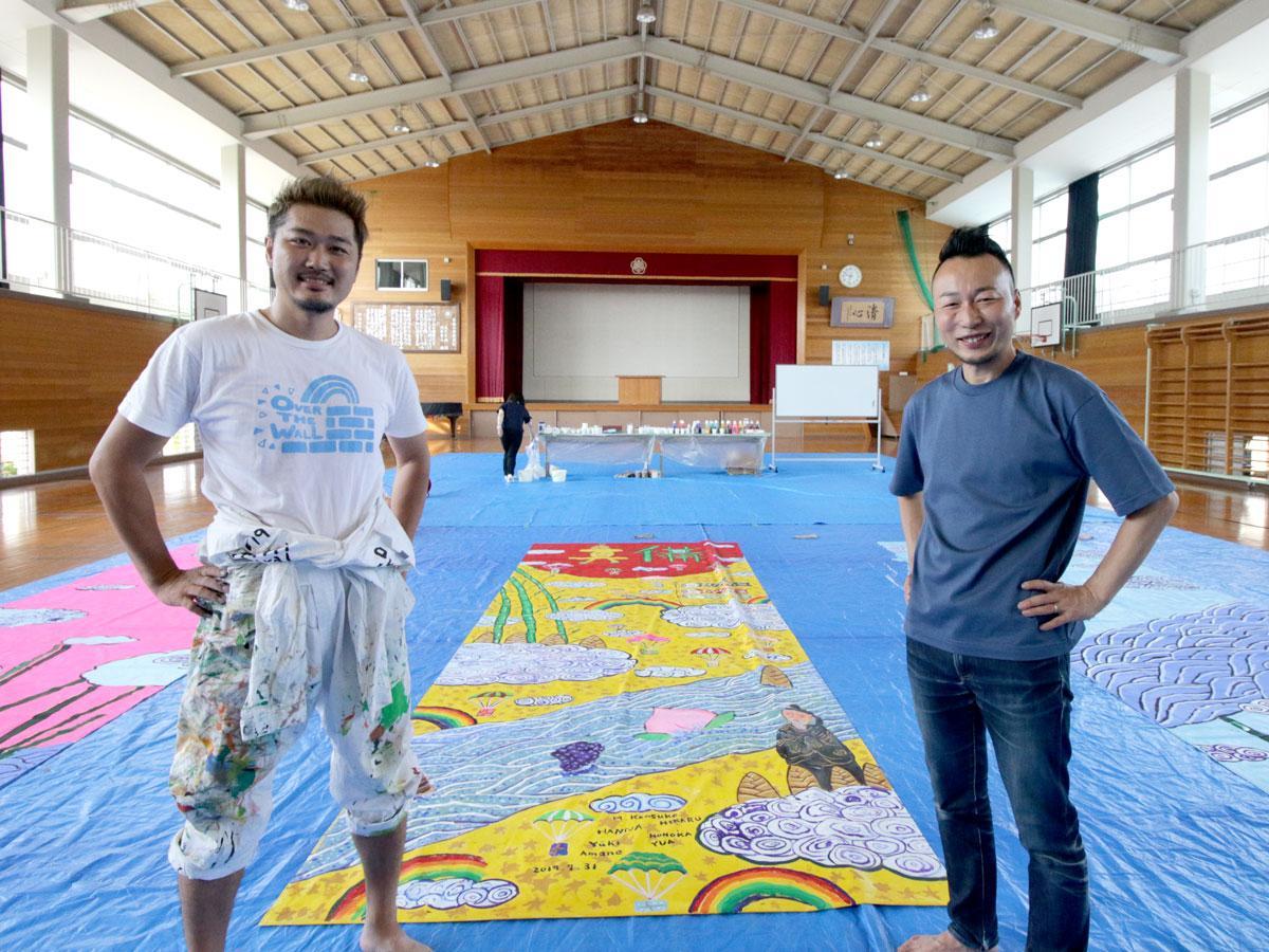 アーティストのミヤザキケンスケさん(左)と企画の菅野高広さん(右)