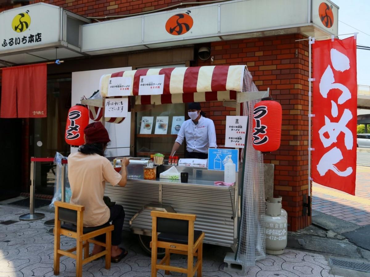 「ぶんかっけ亭本舗ふるいち本店」前の屋台
